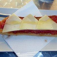 Tostada med tomat och ost