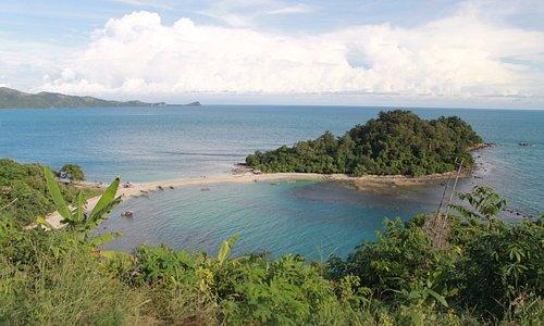 pemandangan pulau mengkudu dari atas bukit