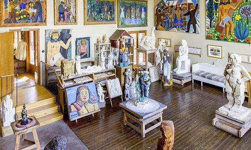 Bror Hjorths ateljé är fylld med konstverk