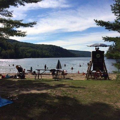 Faça um piquenique ou mergulhe em um lago limpo e cristalino