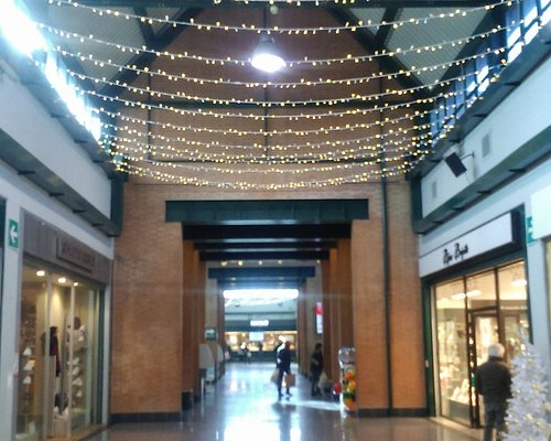 un corridoio con addobbi natalizi