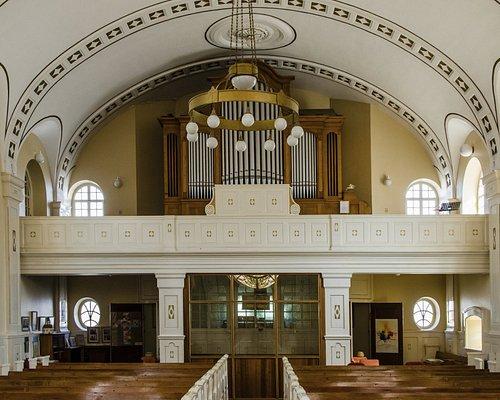 In der Kirche Blick zum Ausgang & Orgel
