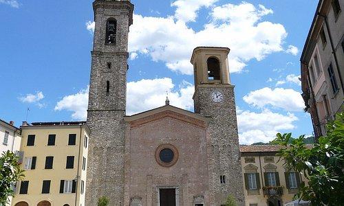 Il Duomo di Bobbio con a destra il Palazzo Vescovile che ospita il Museo diocesano al 2° piano.
