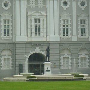 黒いラッフルズ卿像の前