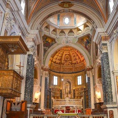 Vista dell'altare e pulpito