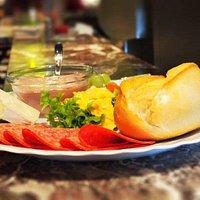Von 8 Uhr morgens bis spät in die Nacht gibt es preisgünstiges Frühstück sowie täglich wechselnd
