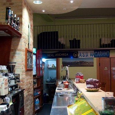 interno del bar con striscione squadra locale