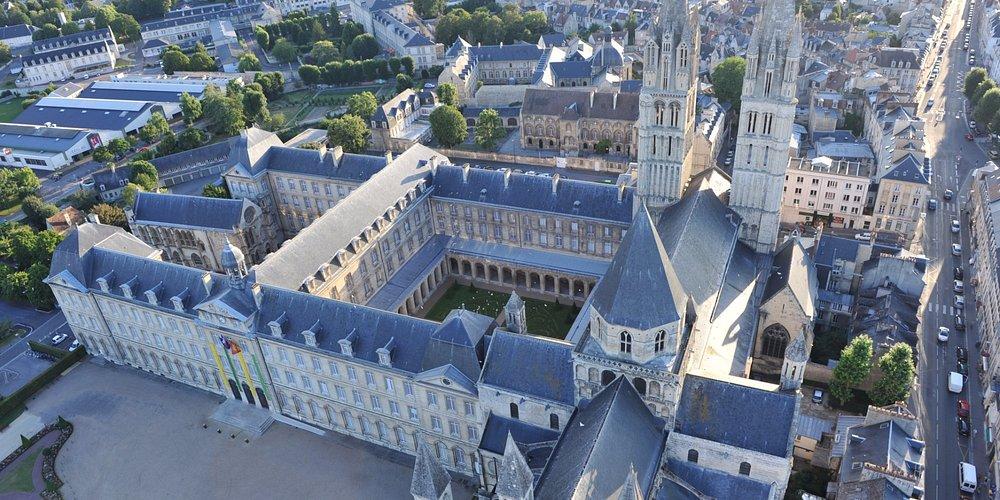 Abbaye-aux-Hommes, vue aérienne de l'ensemble de l'abbaye (église + monastère)