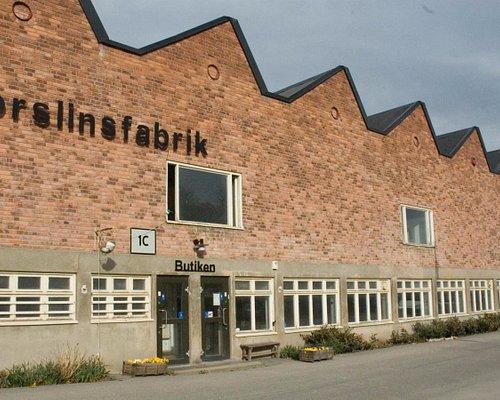 Fabrikens fasad mot öster med butiksentrén