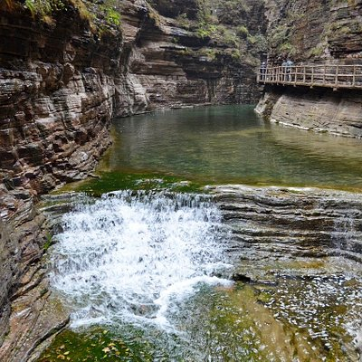 В узком ущелье много водопадов.