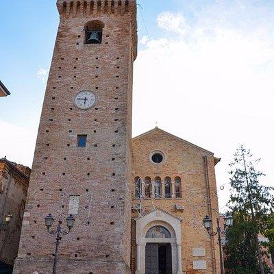 la facciata della Chiesa con la Torre Acquaviva