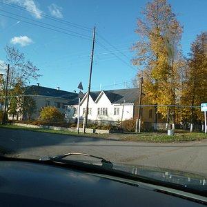 Музей из машины, левее Тужинская средняя школа