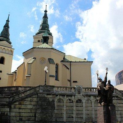 Statua e chiesa