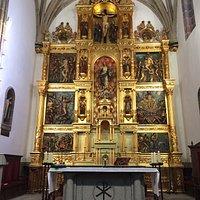 Preciosa iglesia. El retablo es espectacular.