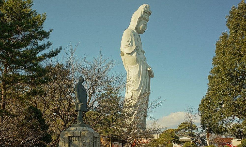 大観音様:左下に見えるのは建立者の井上保三郎の立像です