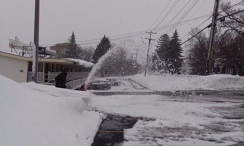 паркинг на заднем дворе: несмотря на снежную бурю, к утру парковку откопали