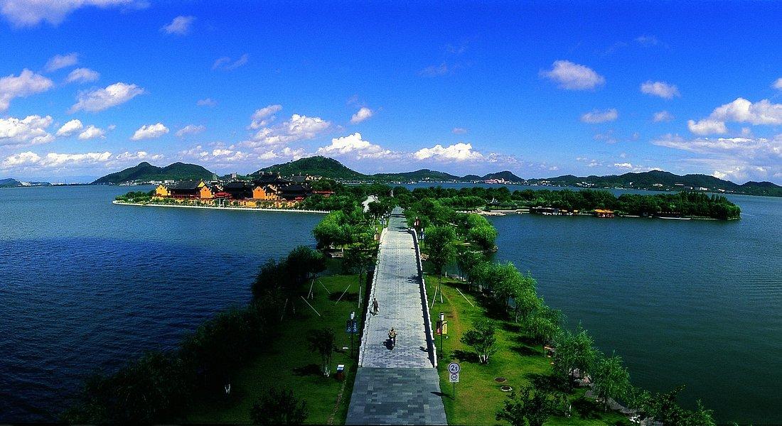 DongQian Lake Embankment