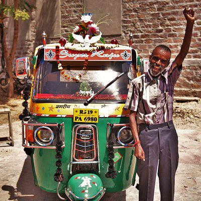 Super Raju driving his rickshaw in all best turist and attractive place in Jodhpur area.