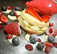 Macaron ça crème mascaron et vanille fruit rouge et sorbet