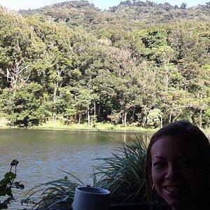 desde la terraza del restaurante disfrutando de su lago artificial y la vista imponente de la se