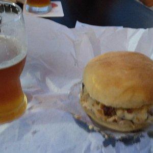 Bera e hamburguer com maionese de bacon.