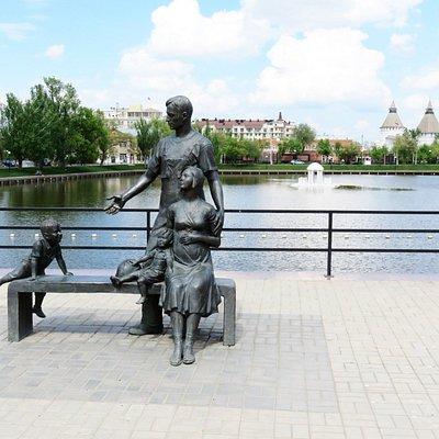Астрахань. Памятник Семья.