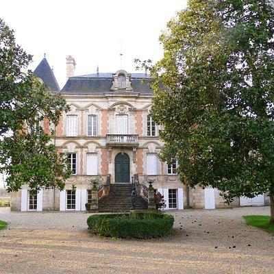Situé a 2 kms de Libourne, en bordure de Dordogne, Xavier DUBOIS vous accueille pour une degusta