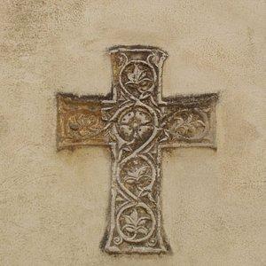 Antica croce murata sulla facciata esterna della chiesa di San Nicolò.