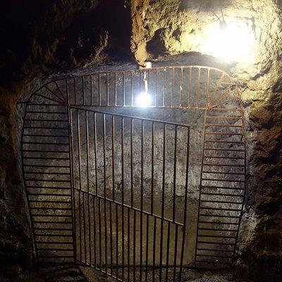 トンネル内の牢屋