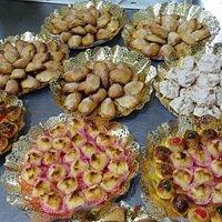 Pastas variadas, curasanes de chocolate blanco y negro y empanadillas