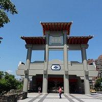 中国風の門が目印