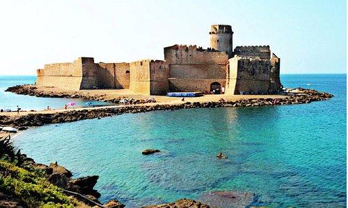 Mare incantevole e fortezza affascinante
