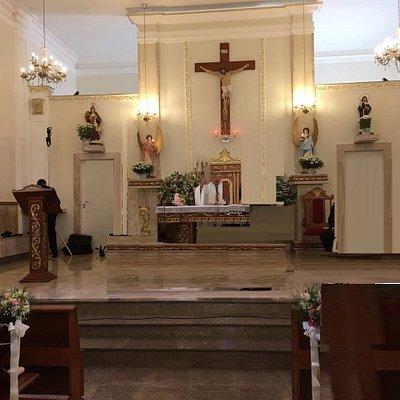 O altar com a luminosidade natural vindo por cima