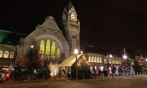 La gare de Metz avec son petit marché de Noël