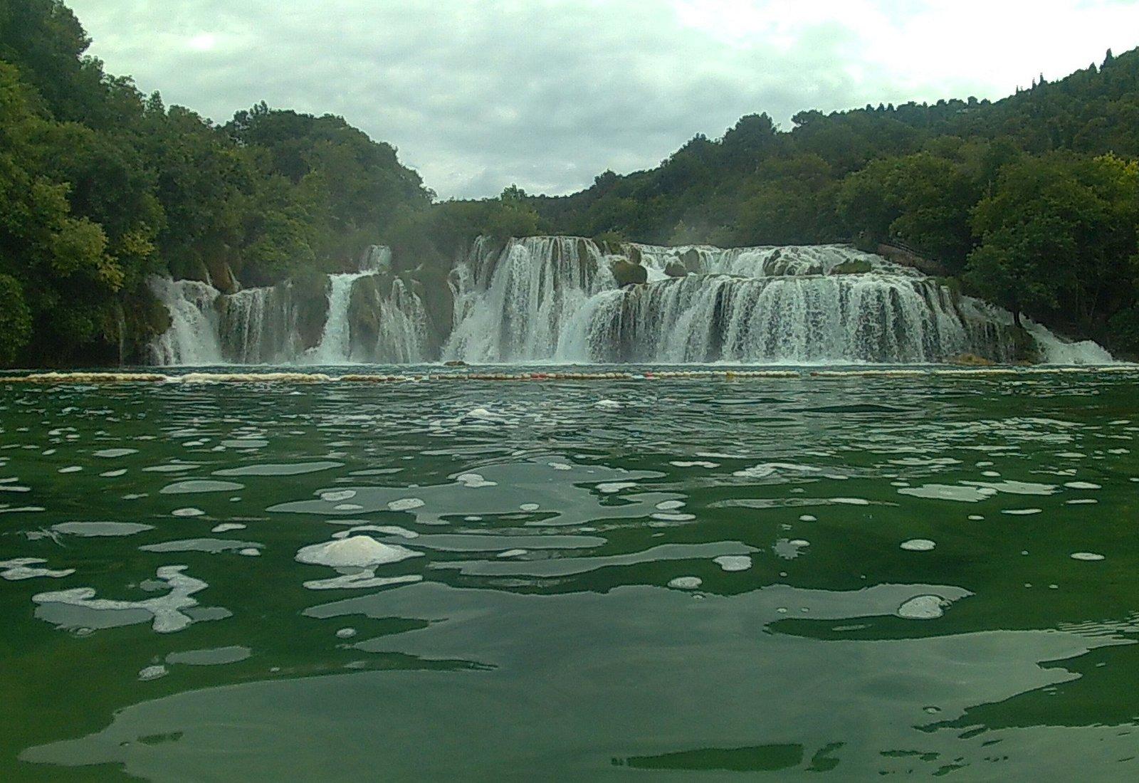 Cascada principal desde el agua