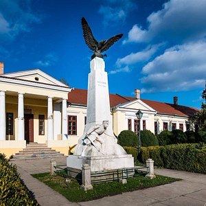 Mittrovszky-kastély és I. világháborús emlékmű