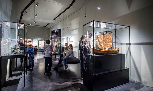 Europäisches Hansemuseum Kabinett Anfänge, mit dem Modell einer im dänischen Kollerup gefundenen