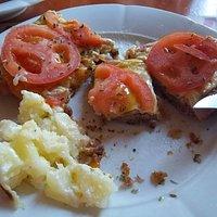 Milanesa de ternera con tomates, jamón y queso deliciosas.