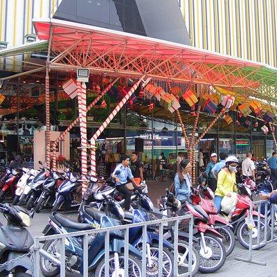TT mua sắm Sàigòn Square 3 nhìn từ đường Hai bà Trưng,Q. 3 (TpHCM).