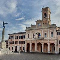 il palazzo visto dalla piazza
