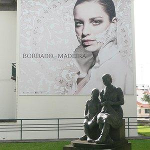Außenplakat mit Handarbeitsskulptur