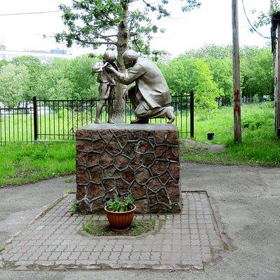 Петропавловск-Камчатский. Памятник В.И.Ленину рядом с зданием университета.