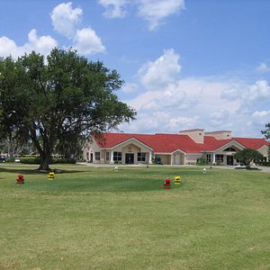 Photo of the clubhouse and first tee