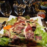 Salade landaise extra !!! avec gésiers, morceaux de foie gras et magret de canard