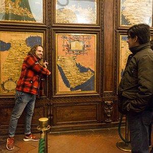 Il passaggio segreto dietro la porta dell'Armenia nella Sala delle Carte Geografiche di Palazzo