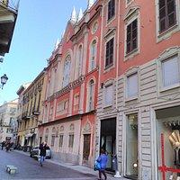 Facciata della Sinagoga vista dall'inizio di via Milano