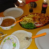 Delícias do Restaurante da Irmã Gicélia - camarão, arroz, batata frita e farofa.