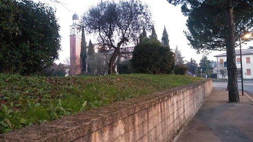 Il santuario sullo sfondo, visto dal muro laterale della Via Crucis