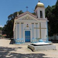 Vista frontal da pequena igreja