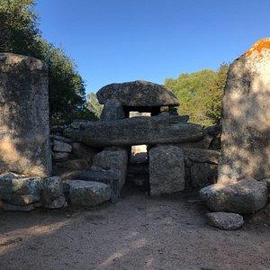 Spazio vuoto sede della stele centrale.